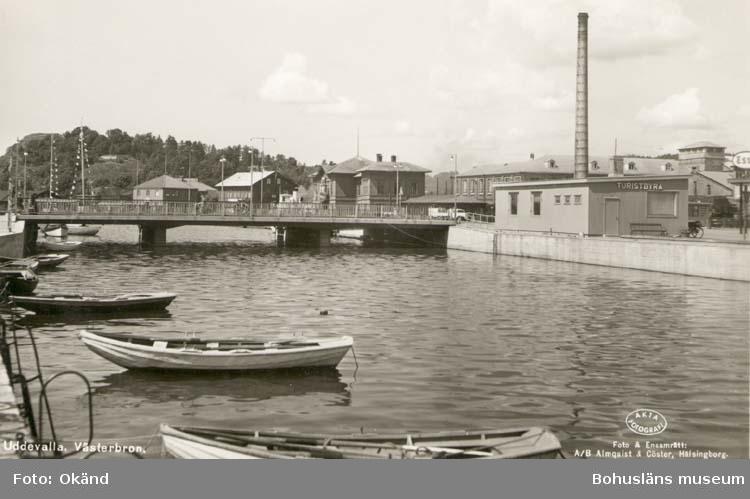 """Tryckt text på kortet: """"Uddevalla. Västerbron."""" """"Foto & Ensamrätt: A/B Almqvist & Cöster, Hälsingborg."""""""