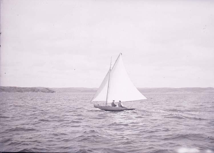 """Enligt text som medföljde bilden: """"Kappsegling"""". En segelbåt utanför Gustafsberg på Byfjorden."""