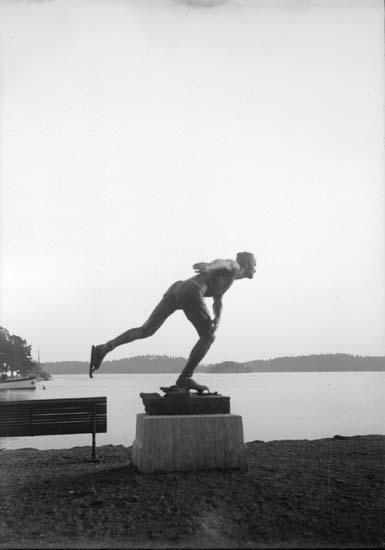 """Enligt text som medföljde bilden: """"Saltsjöbaden, Skridskogångaren okt. 11""""."""