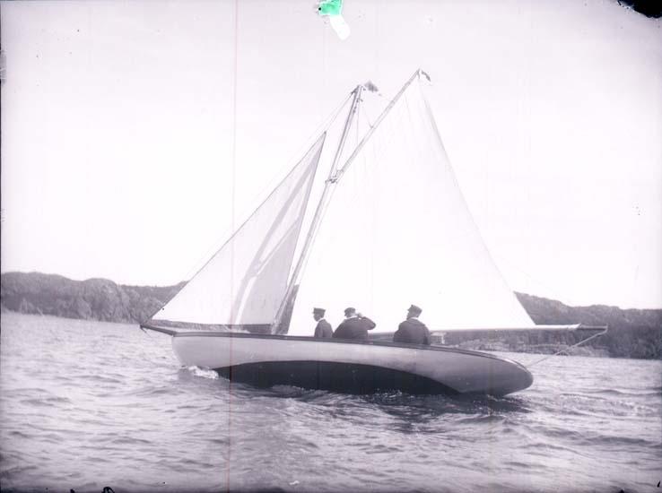 """Enligt text som medföljde bilden: """"Kappsegling Gustavsberg """"Kerstin"""" 30/7 1899""""."""
