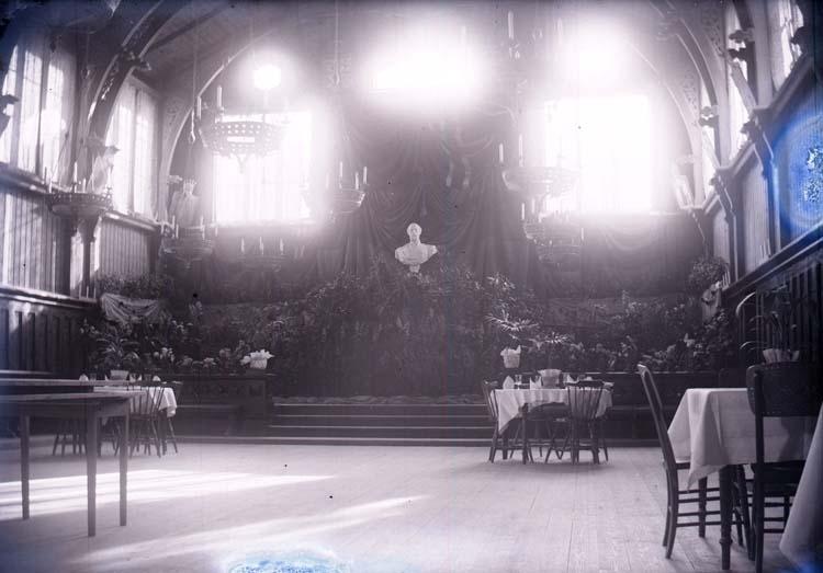 """Enligt text som medföljde bilden: """"Interiör af Societetshuset vid kungajubiléet 1897""""."""
