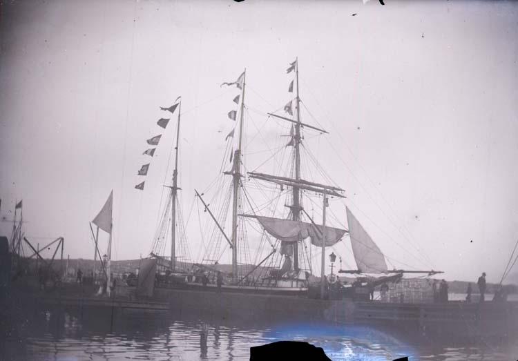 """Enligt text som medföljde bilden: """"Dido vid ångbåtsbryggan. Lysekil 1897."""""""