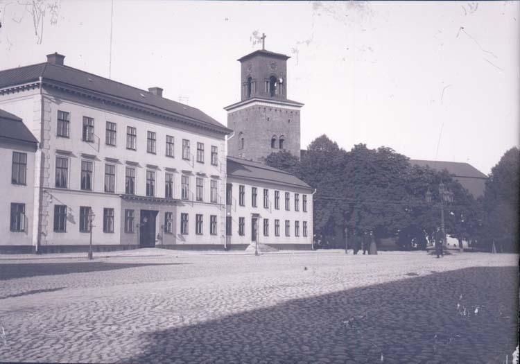 """Enligt text som medföljde bilden: """"Nyköping. Residenset, Kyrkan 16/9 1900."""""""