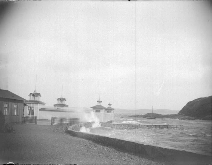 """Enligt text som medföljde bilden: """"Lysekil. Vid Carlavägen och herrbassinen i storm  26/7 1899."""""""