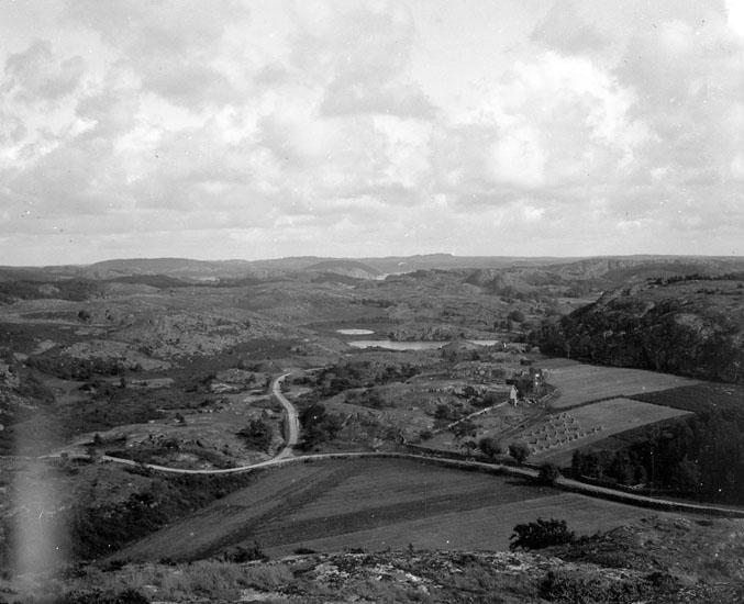 """Enligt text som medföljde bilden: """"Utsikt inåt landet från berget vid Essviken."""""""