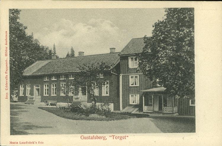 """Tryckt text på vykortets framsida: """"Gustafsberg,"""" """"Torget.""""  ::"""