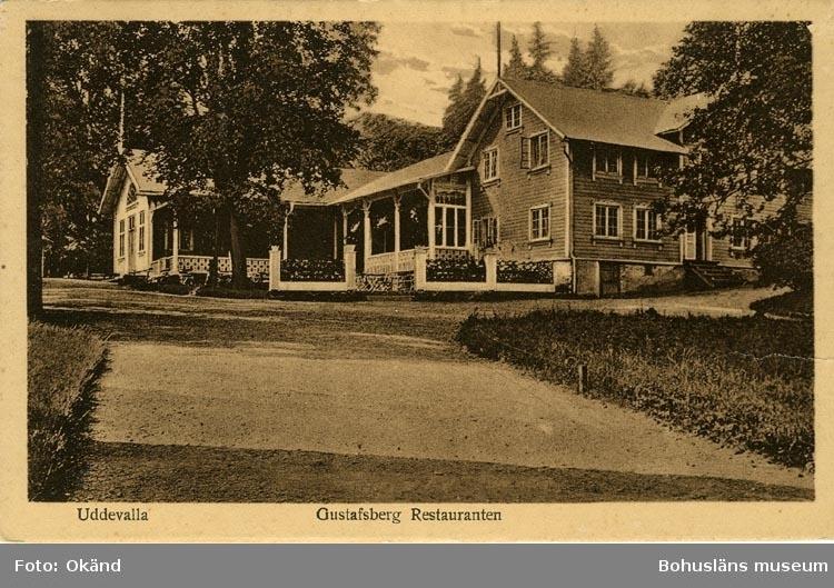 """Tryckt text på vykortets framsida: """"Uddevalla Gustafsberg Restauranten."""""""