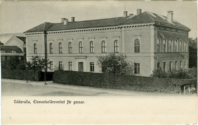 """Tryckt text på vykortets framsida: """"Uddevalla, Elementarläroverket för gossar."""""""