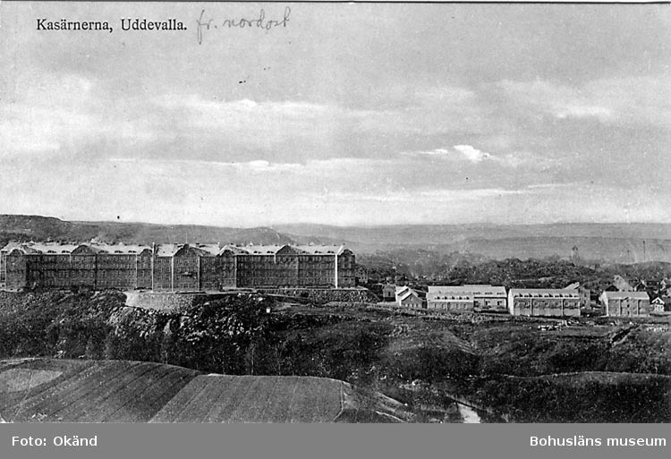 """Tryckt text på vykortets framsida: """"Uddevalla, Kasernerna""""  ::"""