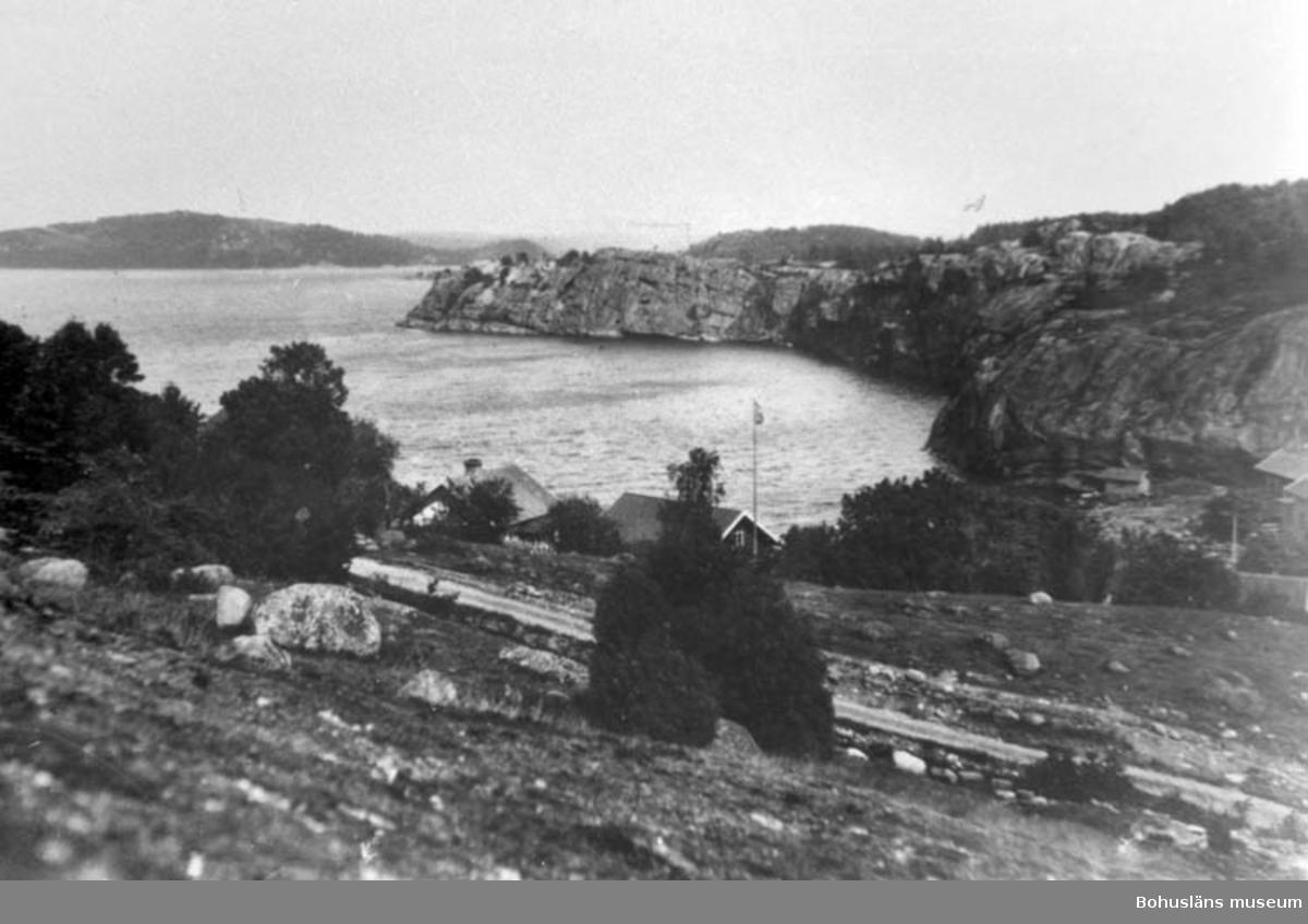 """Enligt text på baksidan av fotot: """"Slussen, Orust med Runnsberget och i bakgrunden Lilla Hasselön - Sunneröa. Tidigt 1900-t""""."""