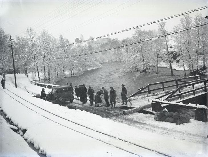 """""""1935.31. Bro o. vägen sönder vid C.G. Johansson Hedeholm."""" """"På Bruksvägen CG-bron. Munkedalsälven."""" """"Till vänster handelsboden Hagafors. Till höger Hedeholm där bl.a. skomakare Stenhård har bott."""""""