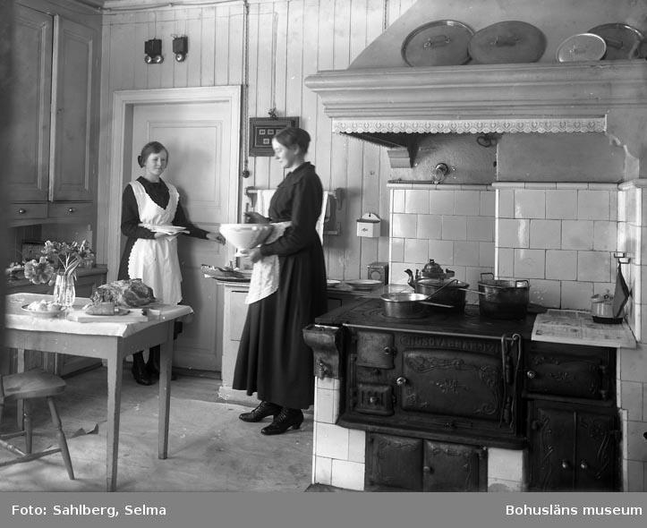 """Enligt medföljande noteringar: """"105. Fröken Ida Larsson i Mässens kök vid Herrgården."""""""