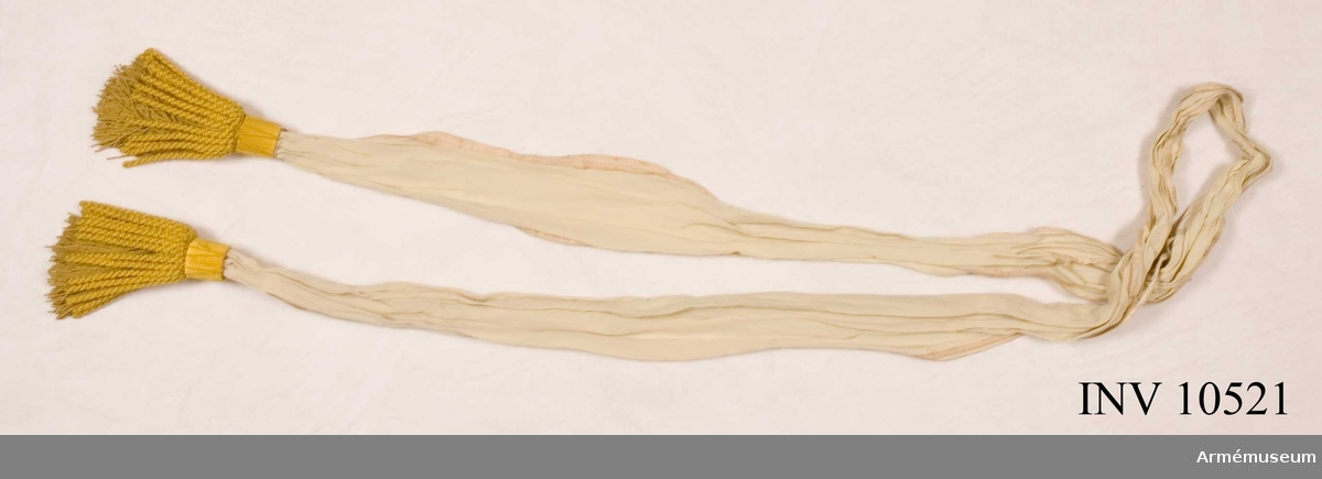 Grupp B I.  Fanduk av röd taft, med insydda emblem: Västmanlands sköldemärke, tre brinnande milor (eldsprutande berg) i ljusare och mörkare blå taft med eldsflammor i gul taft och mönstring i plattsöm med rött silke. Konturer sydda med silke. Emblem i övre, inre hörnet. Fastspikad med rött sidenband och förgyllda, kupiga mässingsstift. Bandet virat tre varv nedom duken. Stång  av furu, grönblåmålad, f d pikstång. Längd 310 cm. Spets saknas.