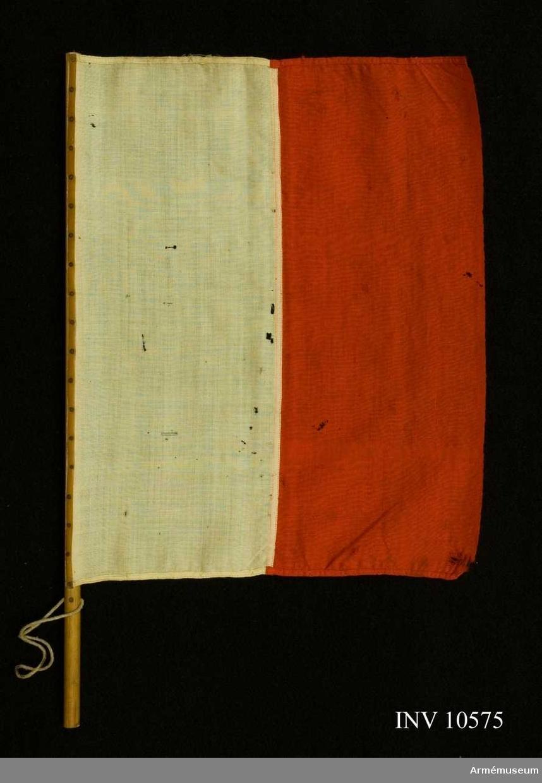 Grupp B I + H III. Sydd av röd och vit flaggduk av ylle. Duken är spikad mot en smal stång.