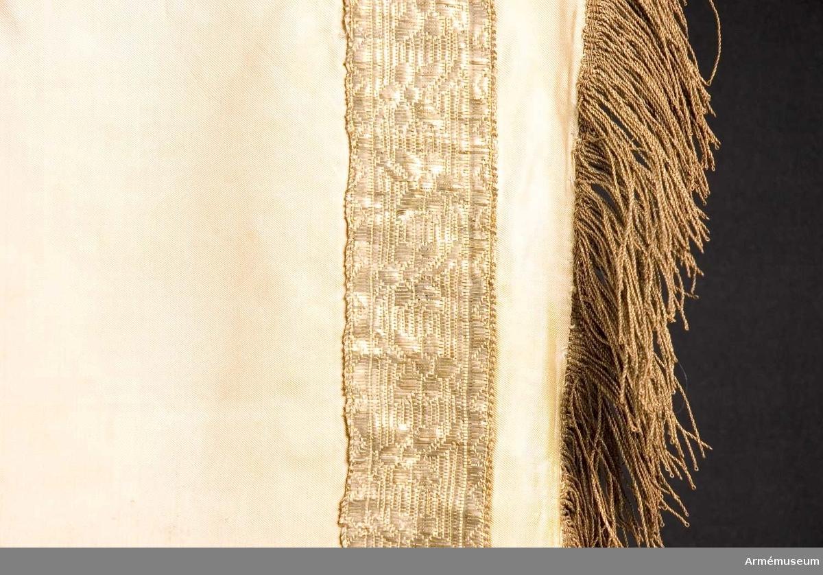 Grupp B.  Duk av vit sidenkypert med pålagd guldgalon och försedd med guldfrans. Standaret har inget vapen. Stång av furu, vitmålad, med 8 räfflor, förgyllda. Kring stångens grepp finns det ursprungliga sidenet med fransar kvar.