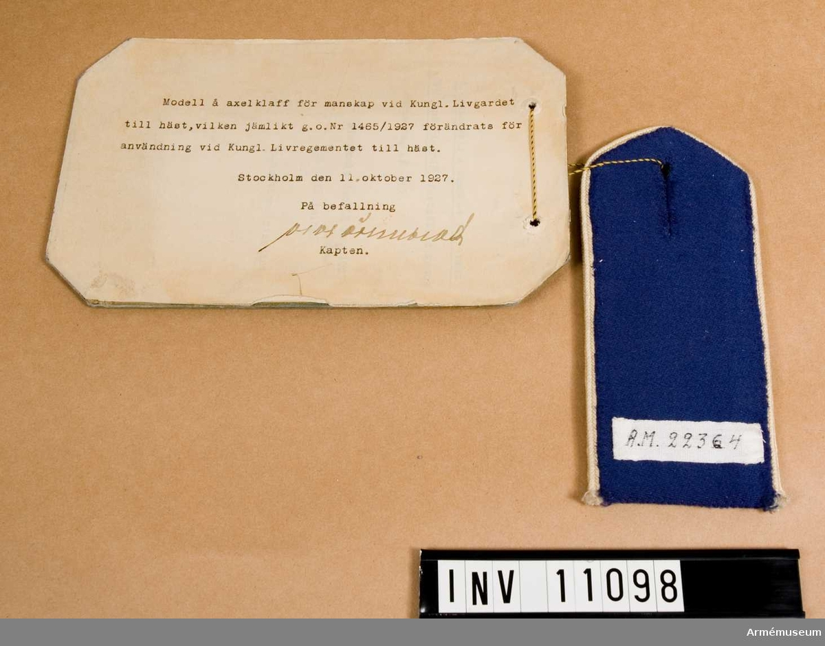 Grupp C I.Modell å axelklaff för manskap vid kungl. Livgardet till häst, vilken jämlikt go nr 1465/1927 förändrats för användning vid kungl. Livregementet till häst.