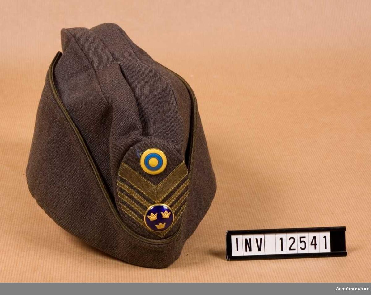 Grupp C I. Lägermössa m/1937 med mössmärke m/1939 samt nationalitetsmärke m/1941 för överste. Diagonal.