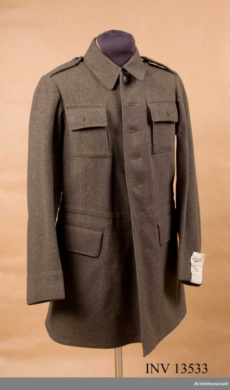 Grupp C I.  Vapenrock fm/1939 av gråbrungrön kommiss. Tunnare, tysk krage.