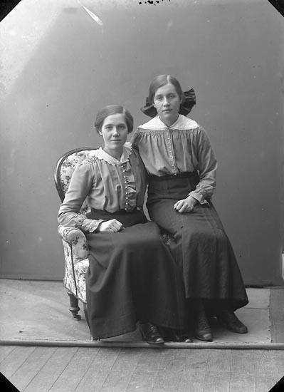 "Enligt fotografens journal nr 3 1916-1917: ""Eriksson, Olga Torp Stenungsund""."