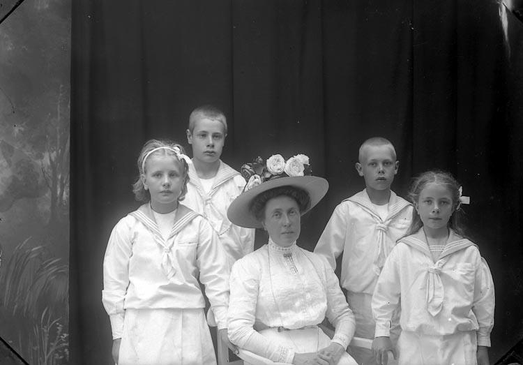 """Enligt fotografens journal Lyckorna 1909-1918: """"Uggla, Fru Anfasteröd""""."""