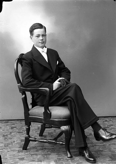 """Enligt fotografens journal nr 6 1930-1943: """"Hedenskog, Ingvar Stenungsund""""."""