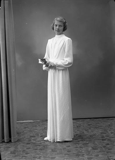 """Enligt fotografens journal nr 6 1930-1943: """"Gustafsson, Kerstin Svenshögen""""."""