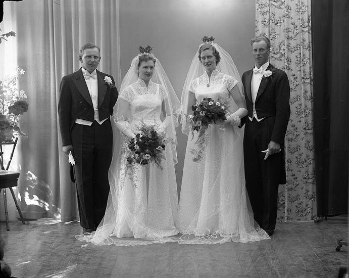 """Enligt fotografens journal nr 8 1951-1957: """"Skälegård o Samuelsson Brudparen Skälebacken Berghogen""""."""