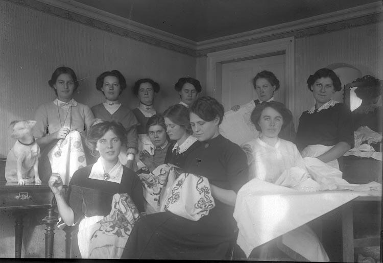 """Enligt fotografens journal nr 2 1909-1915: """"Sykursen, Ljungskile""""."""