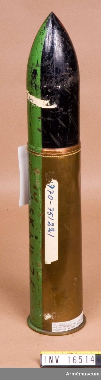 """Patron m/1900. M spårljusprojektil m/1940.Patronhylsan märkt XF 4700 P.1 en krona Ammunitionsfabriken en krona 1916 L 40 14. Grön rand Åskåd 76.Projektil är svart och märkt """"4"""" en krona """"NS (44)""""."""