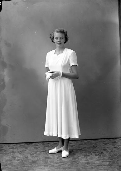 "Enligt fotografens journal nr 8 1951-1957: ""Olsson, Louise-Marie Stenung Här""."