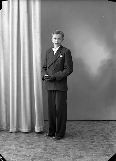"""Enligt fotografens journal nr 8 1951-1957: """"Martinsson, Lennart, Dälena Svenshögen""""."""