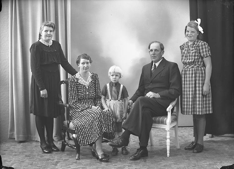 "Enligt fotografens journal nr 7 1944-1950: ""Persson, Herr Olof Box 4, Kode""."