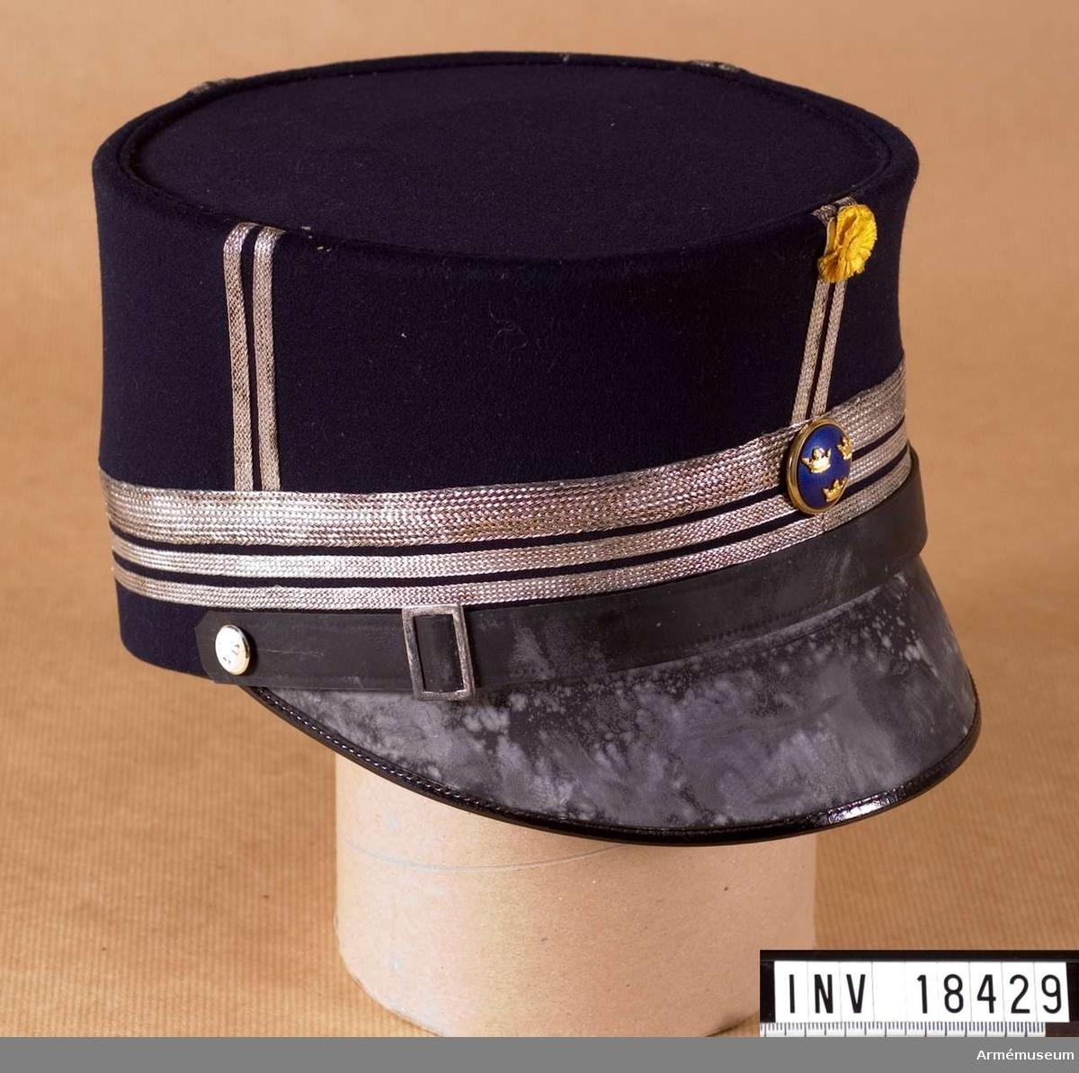 Grupp C I. Ur uniformspersedlar för överstelöjtnant vid kungl. Göta livgarde, bestående av kask, mössa, epåletter, axeltränsar, skärp.