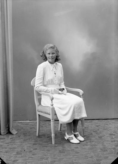 """Enligt fotografens journal nr 7 1944-1950: """"Bergendahl, Fr. Barbro Stillingsön""""."""