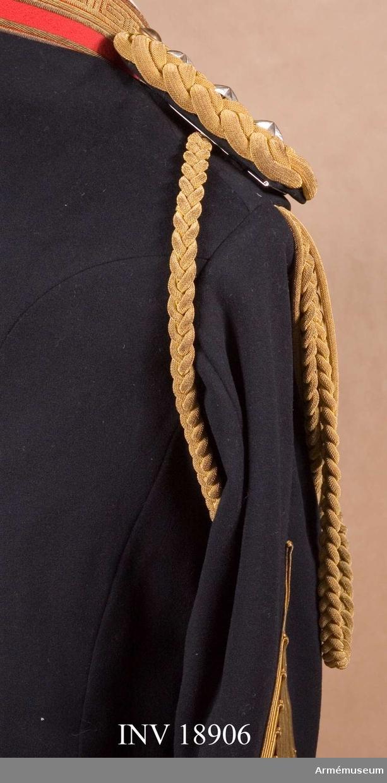 """Ur paraduniform för överste vid Kejserliga Japanska Arméns generalstab. Består av syrtut med axelklaffar, långbyxor, uniformsmössa med plym, ägiljett och paradskärp. 1880, Buren 1930-talet. Av guldsilkes kantiljer med två ändar, """"pennor"""", av gulmetall med ingraverade prydnader, blad och blommor. Ägiljetten, som nyttjas till vapenrock, bäres fästad under högra axelklaffen. LITT  Die Japanische Armee in gegenwärtigen Uniformierung, Leipzig Verlag von M Ruhl. Bilaga: Sida 1: bilder i färger. Officerarna i uniform med ägiljett. Handbuch der Uniformskunde, jprof. R Knötel, Hamburg 1937. Sida 386: Japan. Generaler och generalstabsofficerarna har guldägiljett på högra axeln, som kännetecken att de tillhör generalstaben.Enl Granberg 1955."""