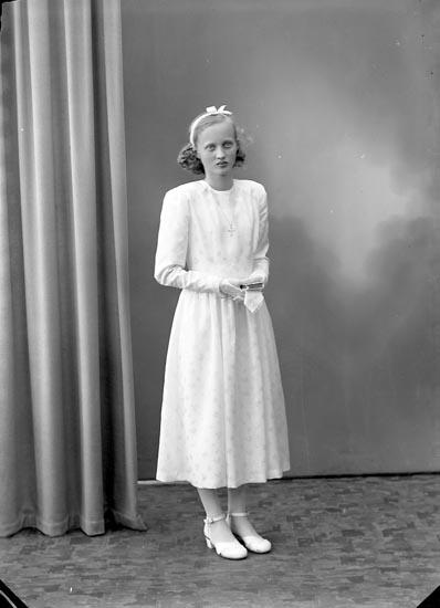 """Enligt fotografens journal nr 7 1944-1950: """"Svensson, Britt Lundby Spekeröd""""."""