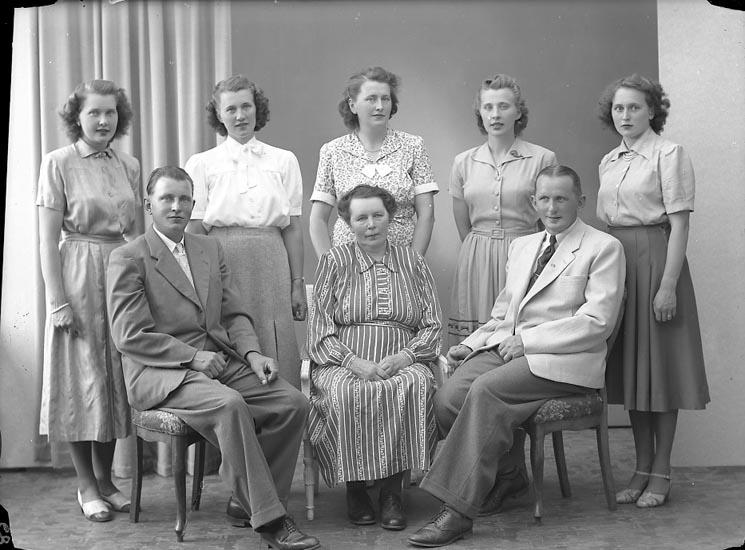"""Enligt fotografens journal nr 7 1944-1950: """"Brunsten, Fru Daga med mor o syskon""""."""