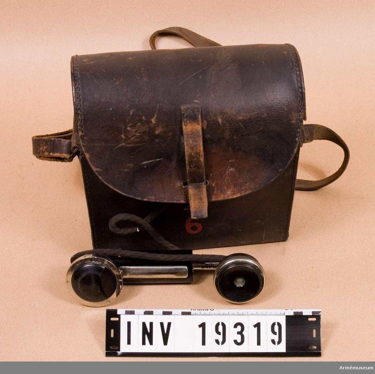 Uppgifter på typ och modellår saknas. Telefonapparaten har tillhört Radiotjänsts tekniska avdelning. Märkt: Rtj. Tekn.avd. no 1510. Telefon A-B.L.M. Ericsson. Består av 2 delar. 1 st telefonapparat. 1 st fodral av läder med bärrem.
