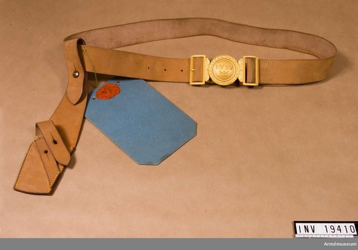 Ett förslag på paradskärp för manskap. Tillverkat av ljusbrunt spaltläder med en bajonetthylsa i samma material med spänne i gulmetall.Spännet är av samma typ som spännet på paradskärp m/1939 för officer.