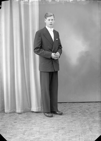 """Enligt fotografens journal nr 8 1951-1957: """"Olsson, Mats, Röd, Ödsmål""""."""
