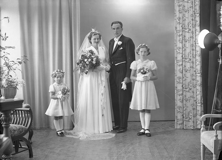 """Enligt fotografens journal nr 8 1951-1957: """"Olsson, Herr Bertil Fagerhult Ängebacken""""."""