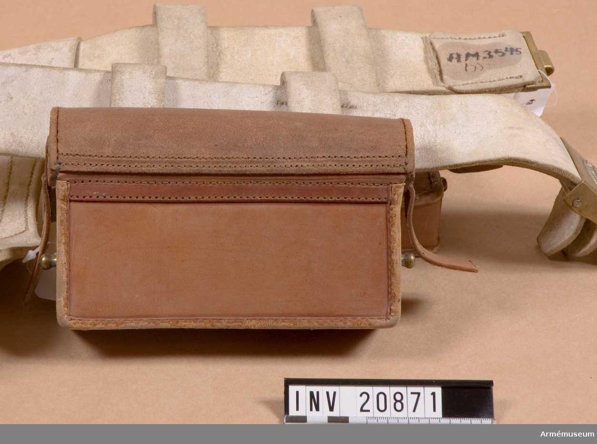 Grupp C. Av svart läder, vardera för tjugo patroner till Mausergevär m/ 1871 med 11 mm:s kaliber. Locket stänges med läderbitar och knapphål på sidorna. Väskan har på sidorna två mässingsknappar, varmed den stänges.  På baksidan finns två hylsor av älgskinn, vilka tjänar till att fästa väskan vid livremmen och en mässingsring, som kopplas till tornisternt remmaar.