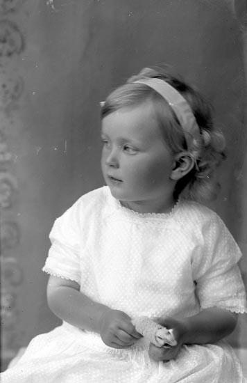 """Enligt fotografens journal Lyckorna 1909-1918: """"Edman, Brita Ljungskile""""."""