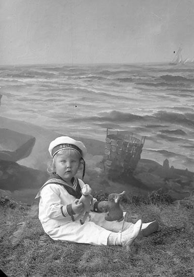 """Enligt fotografens journal nr 4 1918-1922: """"Hallberg, Bengt Gbg""""."""