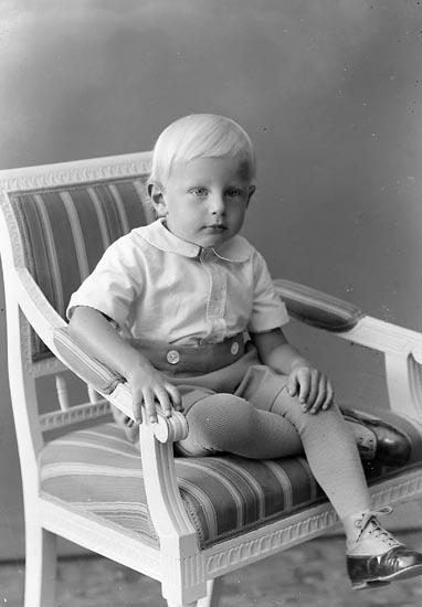 """Enligt fotografens journal nr 6 1930-1943: """"Karlsson, Ingemar Habborsby Höviksnäs""""."""