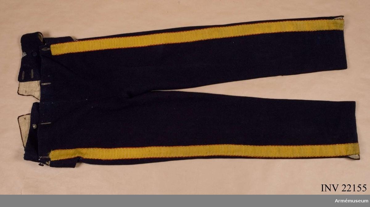 Grupp C I. Ur paraduniform, livplagg m/1831, för manskap vid Livreg:s grenadjärkår. 1832-45. Består av jacka, byxa, skärp, tschakå, pompong, plym, kokard, epålett, halsduk, patronkök, bandolär, gehäng, handrem, vapenplåt, granat, Svärdsmedalj. Se Schützercrantz 1849, pl. IX.