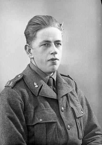 """Enligt fotograrens journal nr 6 1930-1943: """"Olsson, John Fältpost 28614""""."""