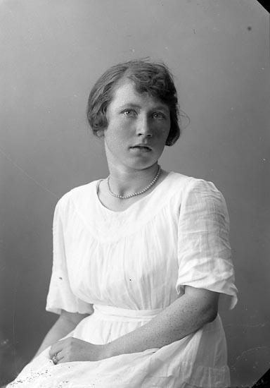 """Enligt fotografens journal nr 4 1918-1922: """"Andersson, Sigrid Här""""."""