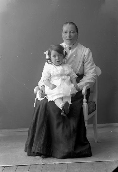 "Enligt fotografens journal nr 2 1909-1915: ""Andersson, Mathilda, Habborsby, Höviksnäs""."