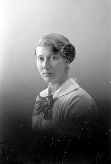 """Enligt fotografens journal nr 2 1909-1915: """"Isberg, Greta Här""""."""